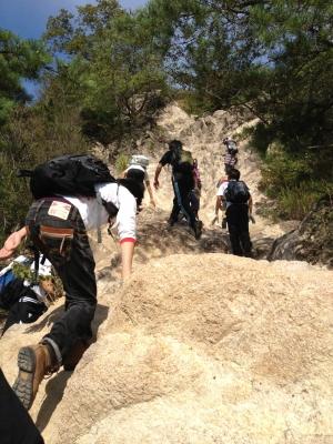 岩を登る部員達