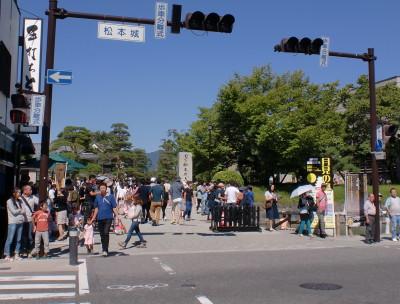 松本城への道