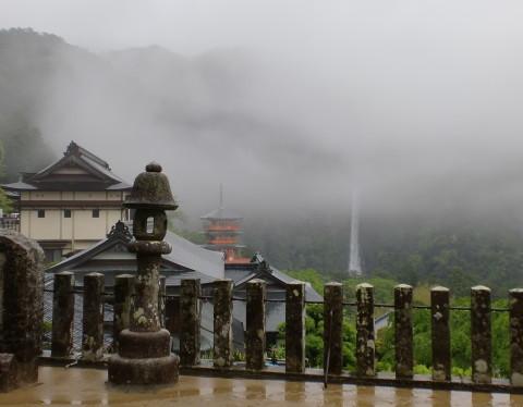 三重塔と滝