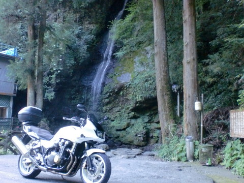 滝とバイク