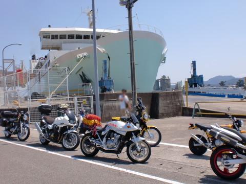 乗船待ちバイク