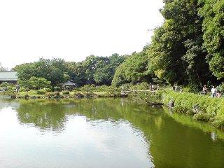 清澄庭園・むこうは京都?