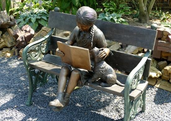 読書をする少女と犬