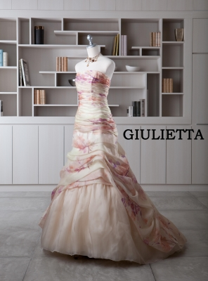 7cede99c2a130 結婚式でカラードレスを着る事にはちゃんと意味があるんです 純白のウエディングドレスを着た花嫁 ...