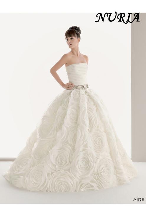 53f929c5b3955 ラインストーンが施されたウエストと全面立体のバラ模様が施されたスカートが迫力満点のドレス