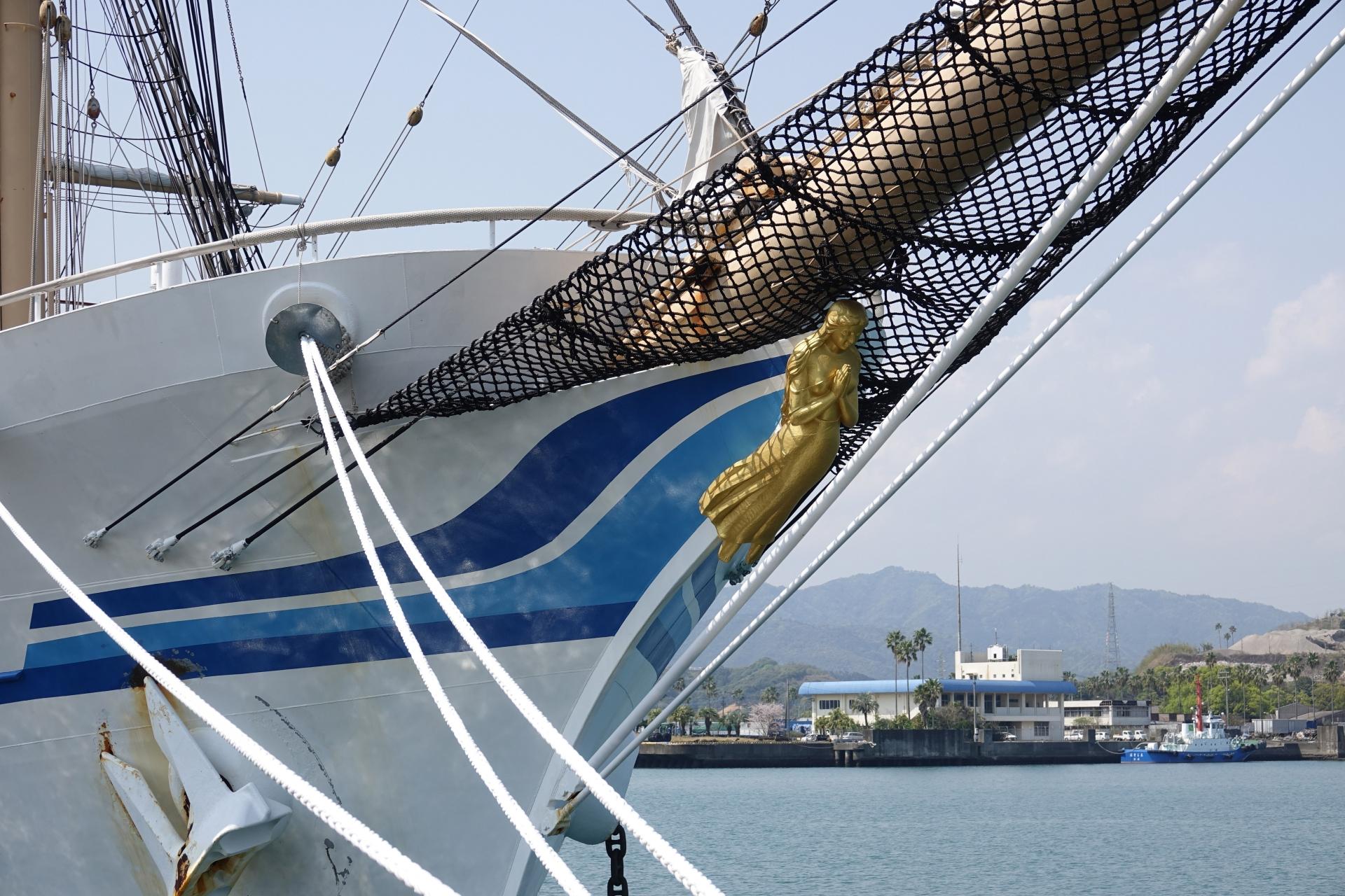 日本丸の船首女神像「藍青(らんじょう)」