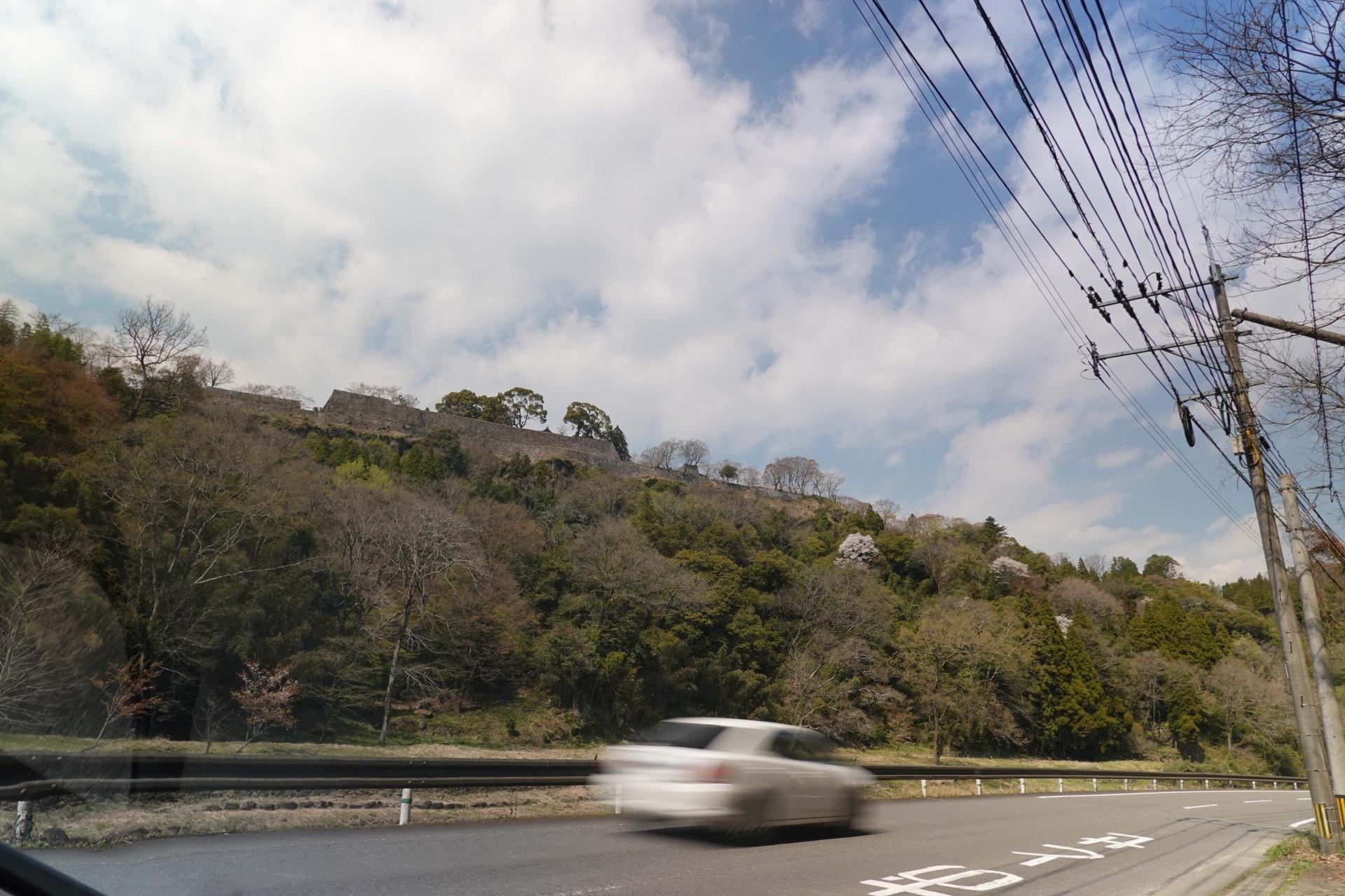 道路脇から岡城跡