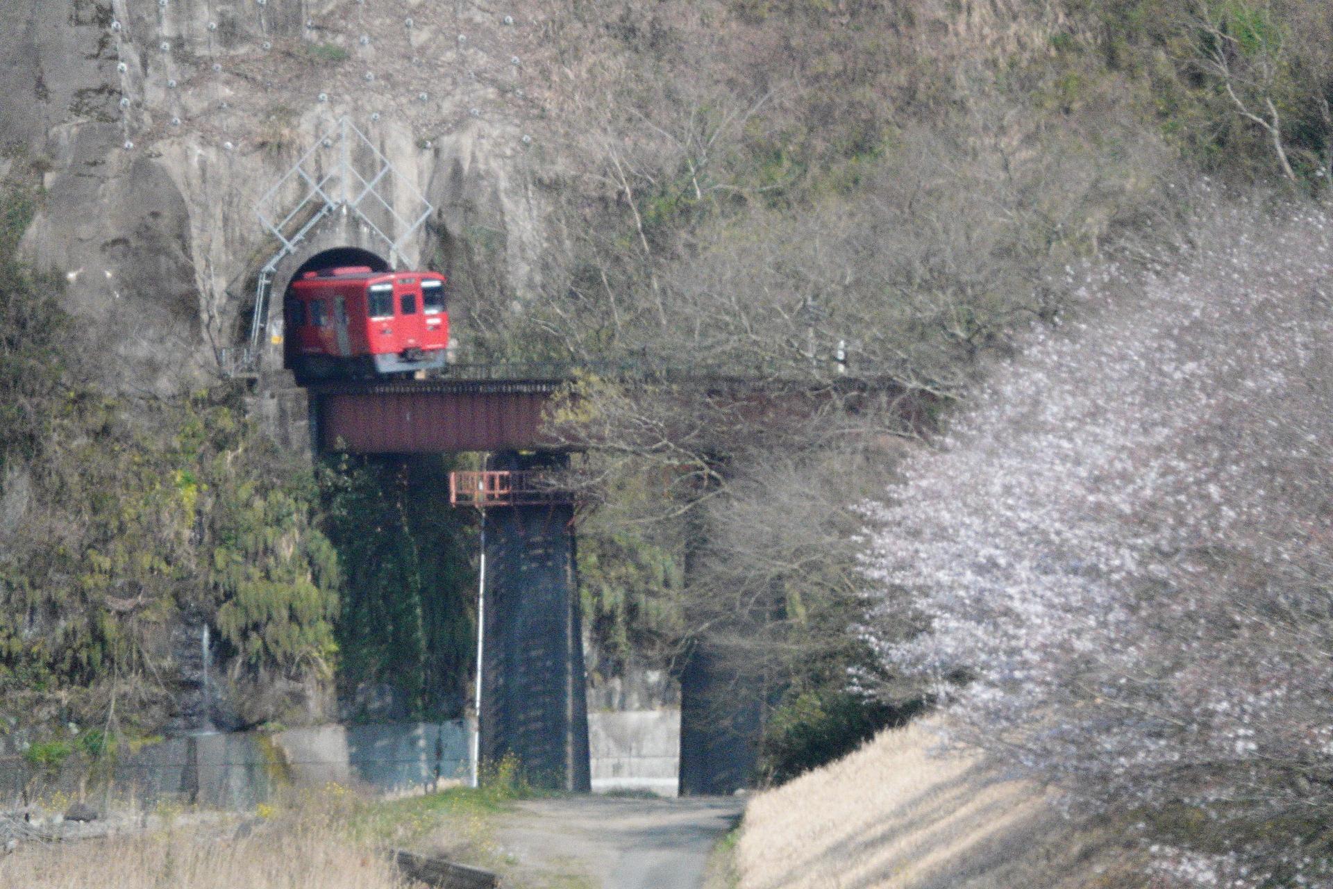 山腹のトンネル