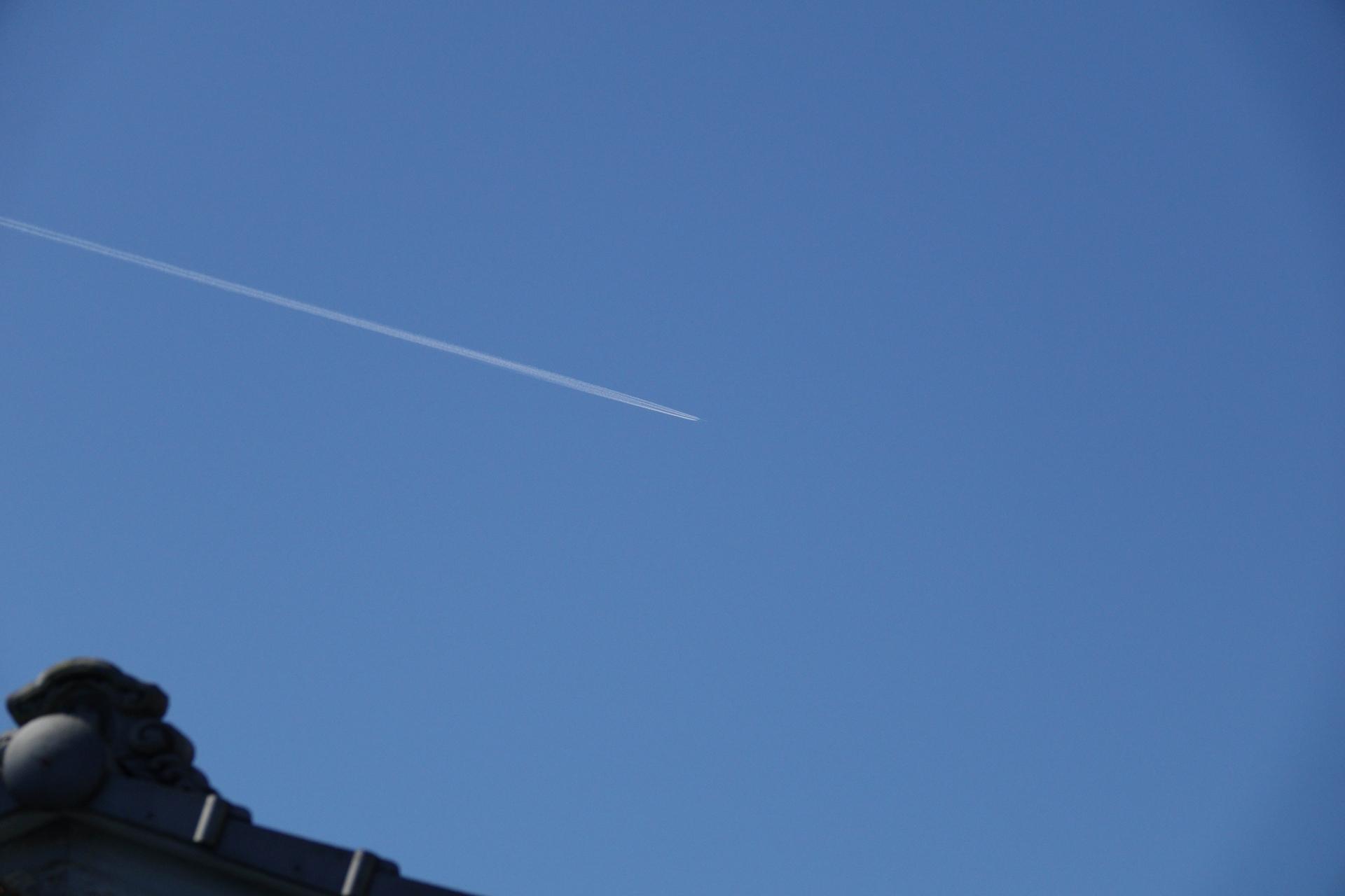 青空に飛行機