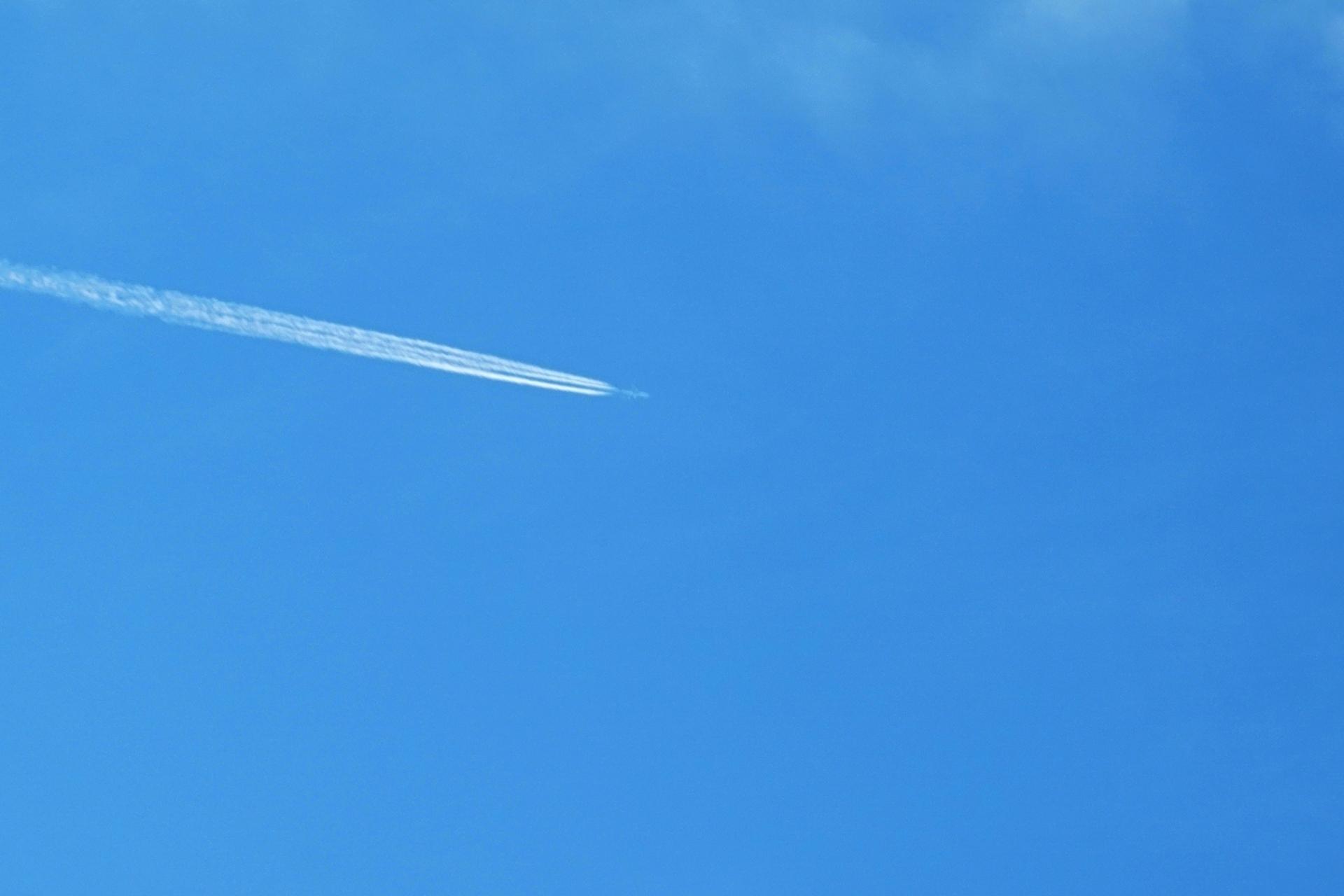 飛び去る飛行機