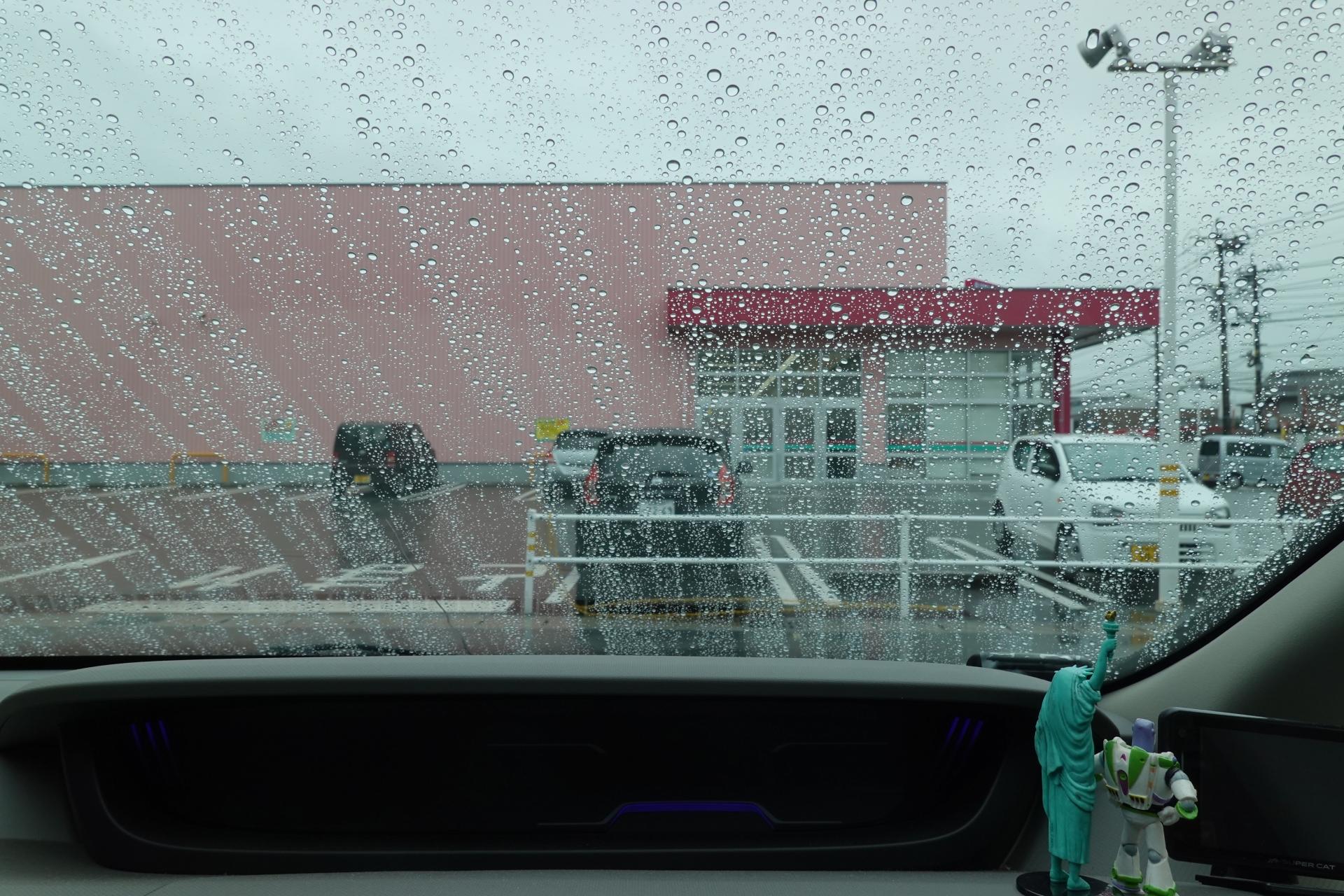 小雨のフロントガラス