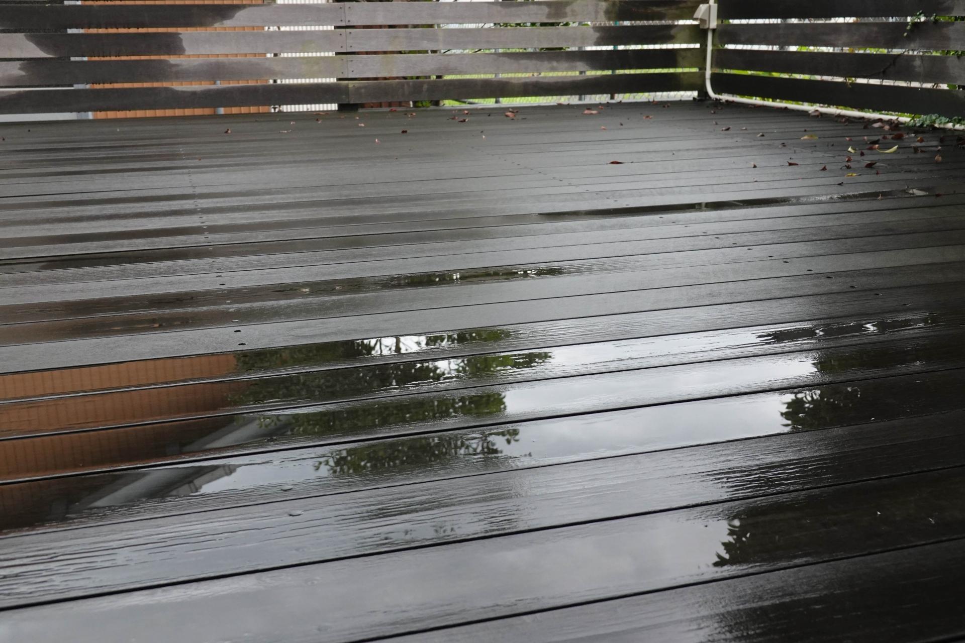 雨の上がったテラス
