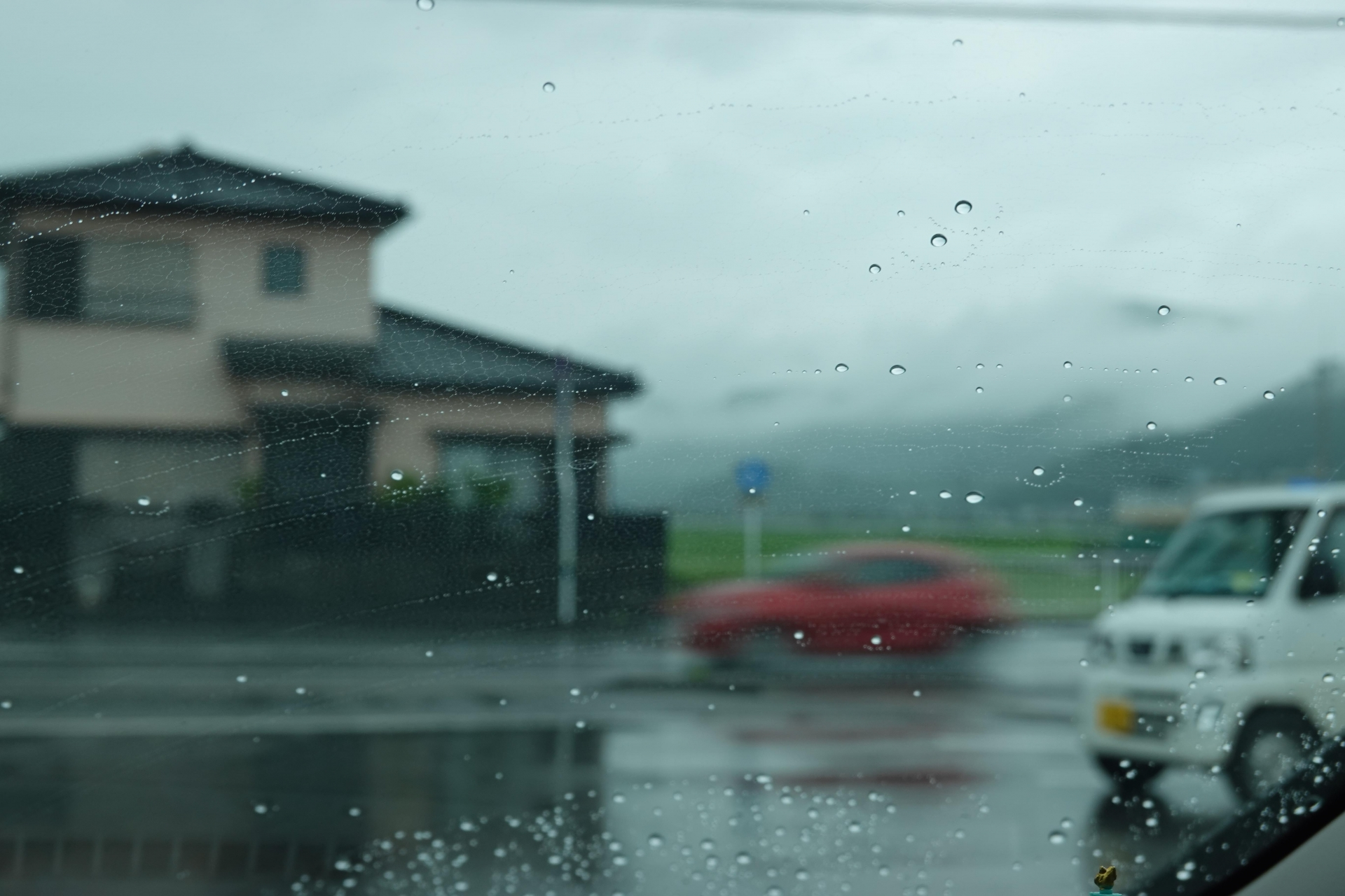 雨のコンビニ駐車場