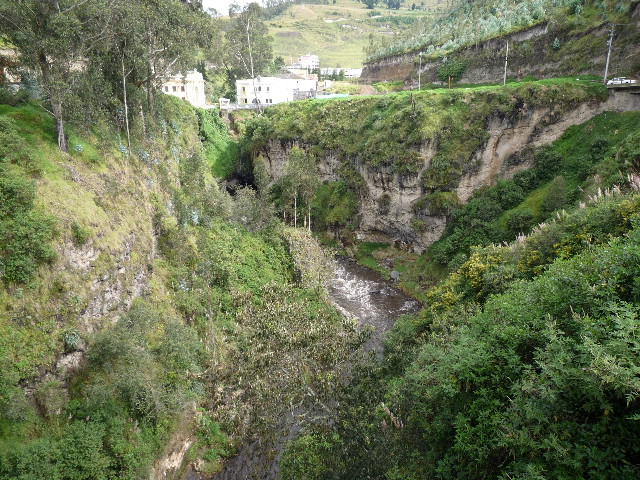 国境を流れる川(橋の上より写す)