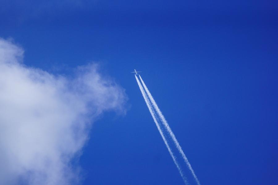 前へ飛行機青空