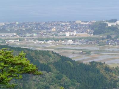 神道山中腹から能生市街を望む