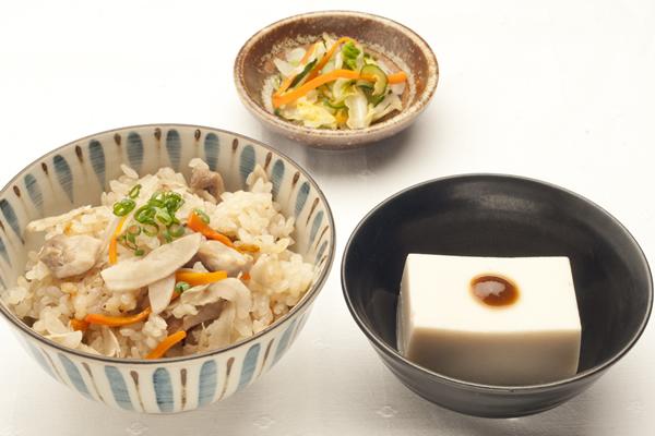 季節の炊込みご飯と胡麻豆腐の和食セット