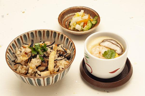 鶏とひじきの五目御飯と茶碗蒸しの和食セット