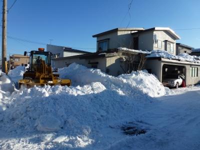 道路を削ったらこんなに雪が