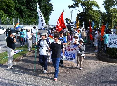 原爆の火を持つ高校生を先頭に歩く平和大行進