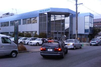 求職者が次々と訪れ駐車場からあふれる車