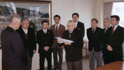 市長で申し入れを行う市議会各会派の代表
