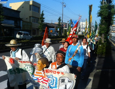 市役所通りを行進する平和行進