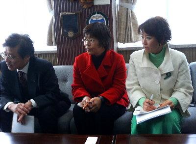 設楽町長と懇談する井上参議院議員、かわえ明美、もとむら伸子