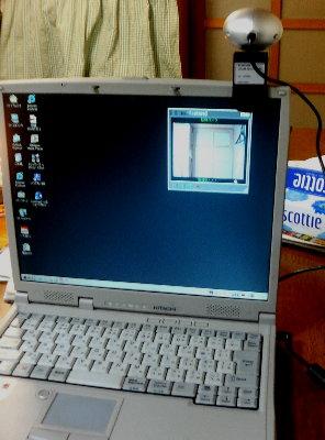 ウェブカメラを取り付けたノートパソコン
