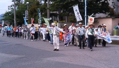市内を進む平和行進団