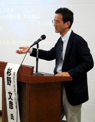 講演する杉野副院長