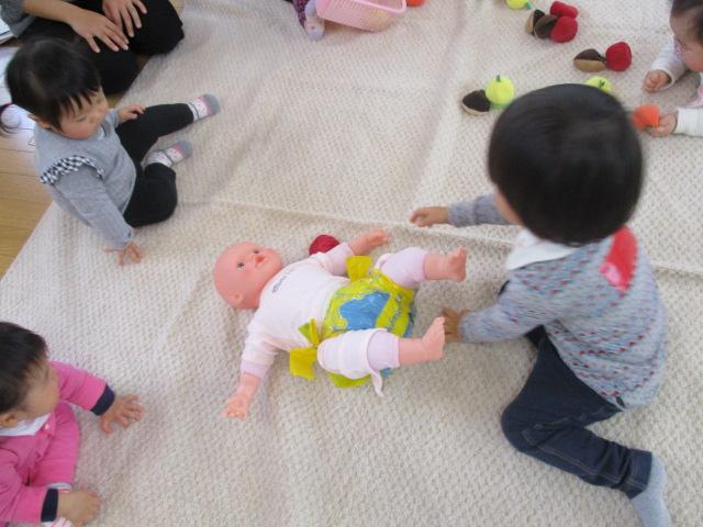 おむつ人形と赤ちゃん