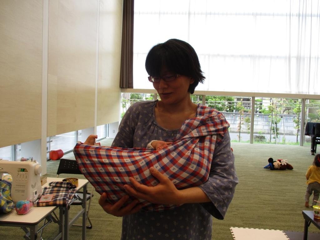 大森さんあ赤ちゃんを抱っこ