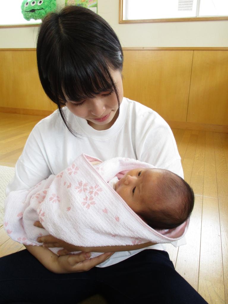 学生さん赤ちゃん抱っこ