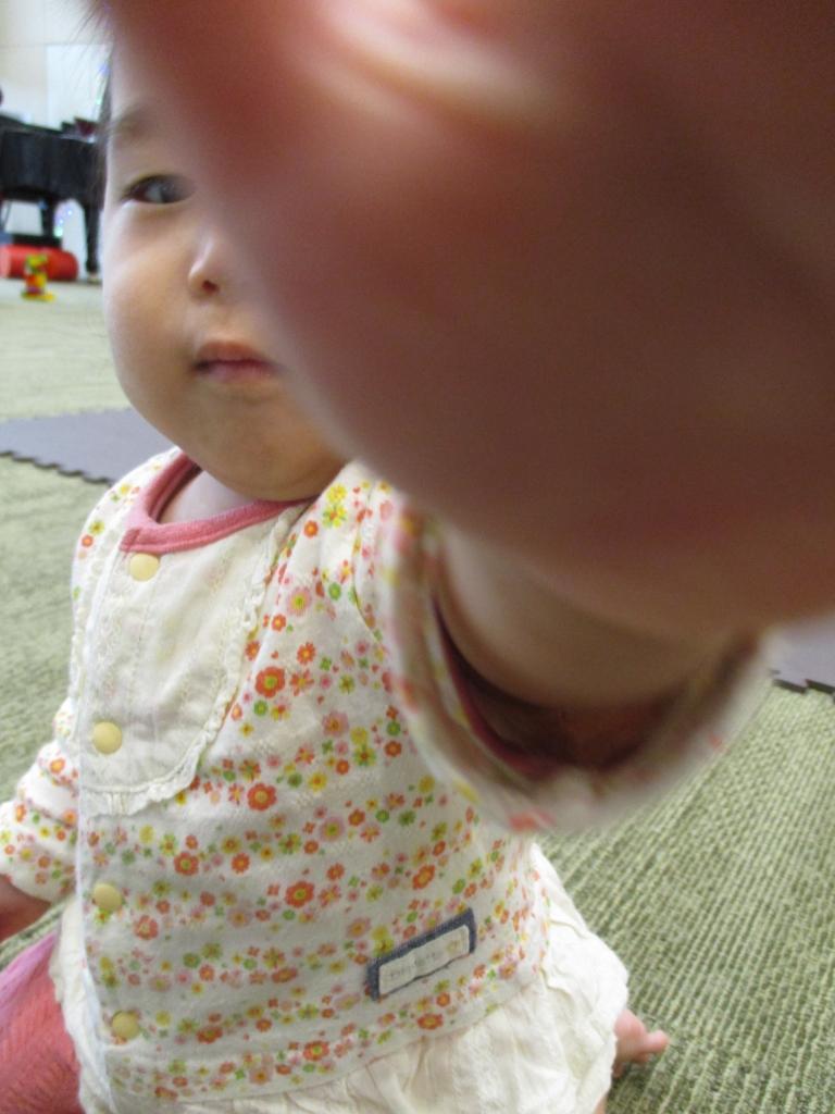 カメラに手を伸ばすゆめちゃん
