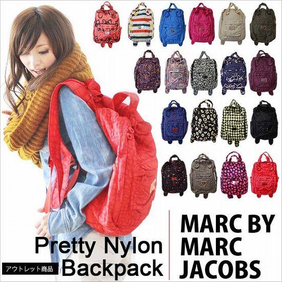 パックパックとしてもリュックサック としても使える!!嬉しい2Way仕様の【MARC BY MARC JACOBS】マークバイマークジェイコブス【Pretty Nylon Backpack】プリティーナイロンバックパック登場!!双方向に開くファスナーで開口部が大きく開くから 使いやすいバックパックです。 A4の雑誌も楽々入るので、デイリーから小旅行まで あらゆるシチュエーションに使えるバックです。 たくさんの収納ができるので、山や夏フェス、キャンプで使える 機能面も充実したディテールと、オシャレで可愛いデザインも 忘れません!通勤・通学にも使える便利アイテムです。