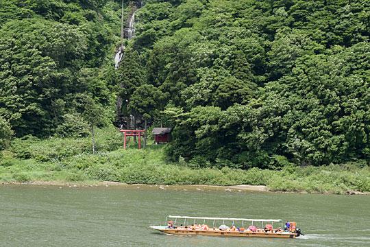 白糸の滝と舟下りの船