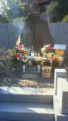 花や供物が一杯