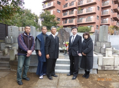 墓石前集合写真.JPG