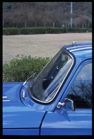 Gordiniのウインドシールド。現代の車から比べると、思い切り立ってます。