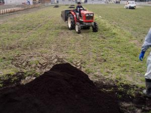落合畑トラクターで耕す
