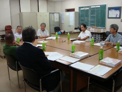 熱心に討議する委員会のメンバー