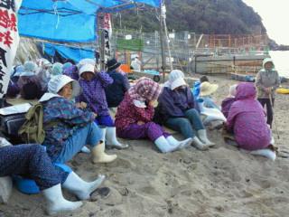 田ノ浦海岸に座る島の女性たち