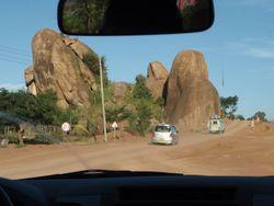 岩が隆起した地形