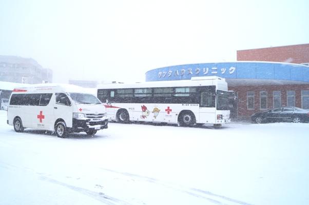 吹雪の中の献血バス