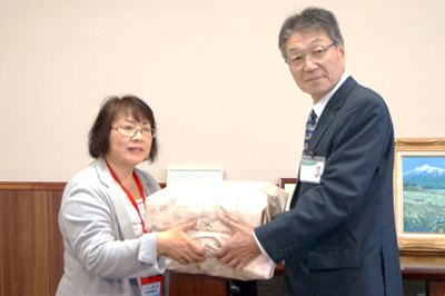 第一生命株式会社弘前中央支部白澤分会長から本間部長へタオル手渡し