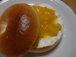 クリームチーズ&マンゴーベーグル