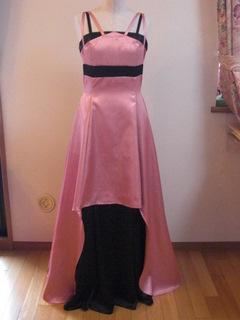 舞台衣装のドレスに、サテンシャンタン生地とクレープサテン生地を使っています。