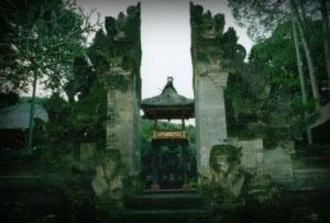 グヌン・ルバ寺院-割れ門