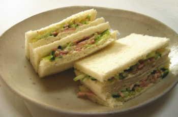 キュウリのサンドイッチ